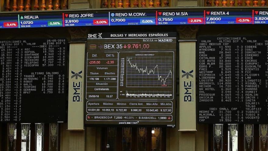 Tableros informativos del índice bursátil español Ibex 35 en la Bolsa de Madrid (capital), 25 de mayo de 2018.