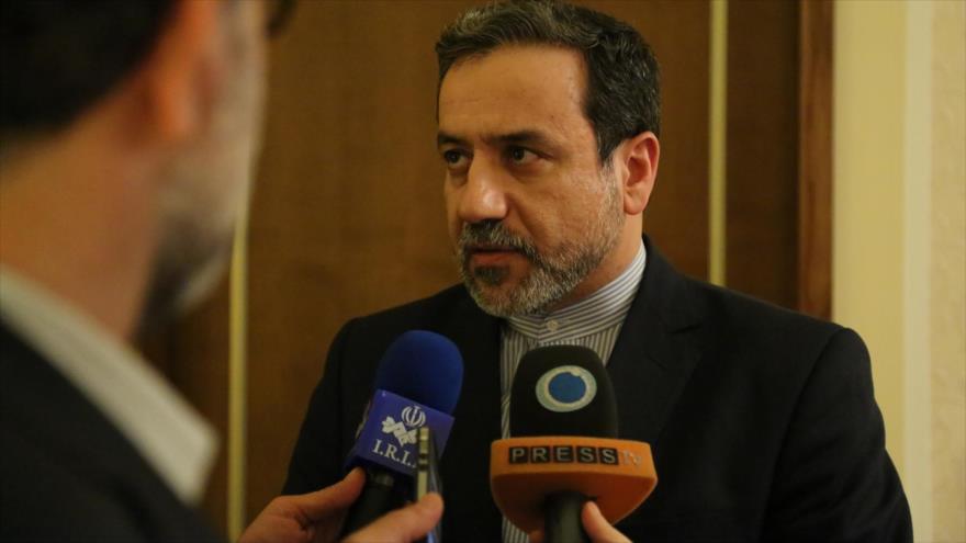 El viceministro de Exteriores de Irán para Asuntos Políticos, Seyed Abas Araqchi, responde a las preguntas de los reporteros.