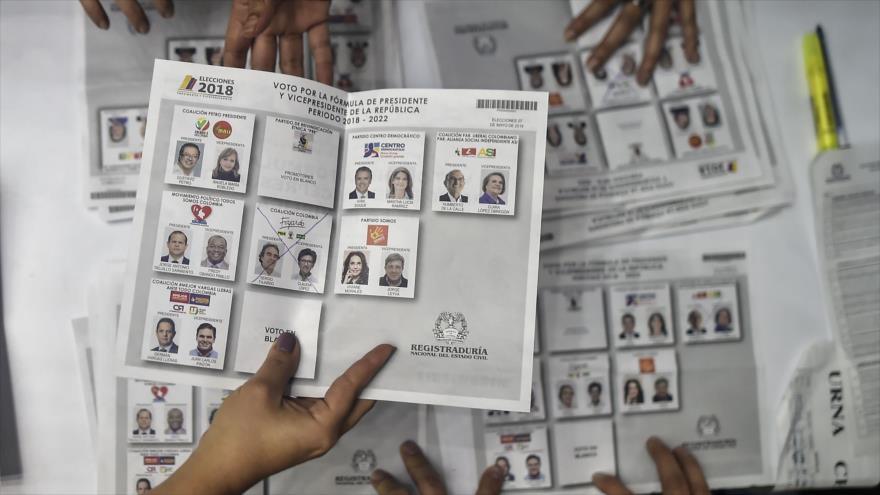 Funcionarios electorales cuentan los votos en un colegio electoral en Cali, departamento del Valle del Cauca, 27 de mayo de 2018.
