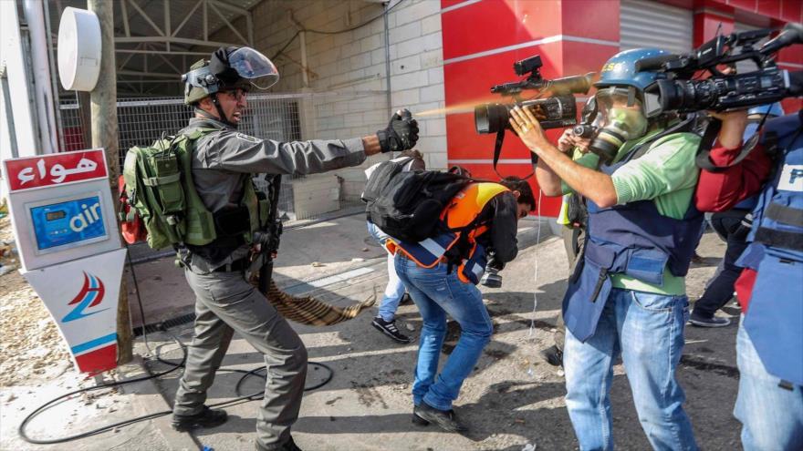 Soldado israelí ataca con gas pimienta a un periodista en los territorios ocupados palestinos.