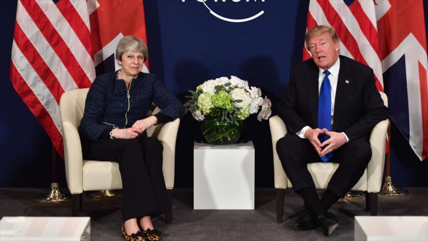 La primera ministra británica, Theresa May, y el presidente de EE.UU., Donald Trump, asisten a una reunión en Davos, Suiza, 25 de enero de 2018.