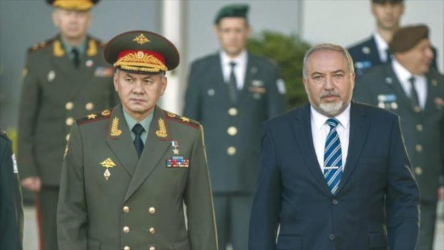 El ministro de Defensa de Rusia, Serguei Shoigu (izq.) y el ministro de asuntos militares de Israel, Avigdor Lieberman.