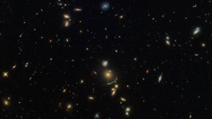 El telescopio espacial Hubble capta la imagen de un arco espacial verde ubicado en la constelación de Leo.