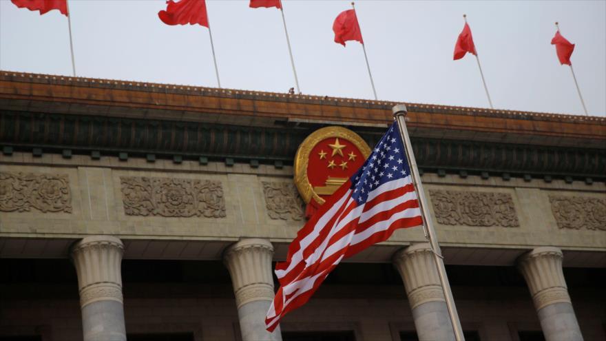 Una bandera de EE.UU. ondea en primer término durante una ceremonia de bienvenida en Pekín, capital china, 9 de noviembre de 2017.