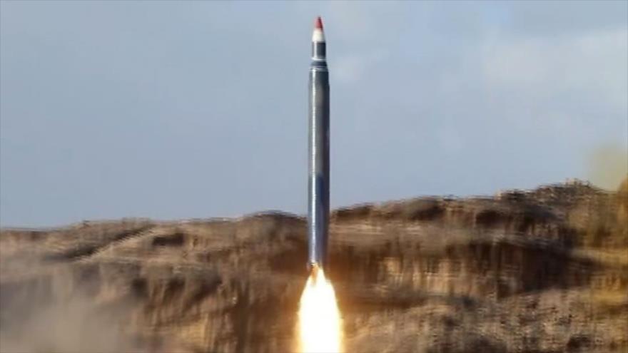 El lanzamiento de un misil balístico desde un lugar no revelado en Yemen, 11 de abril de 2018.