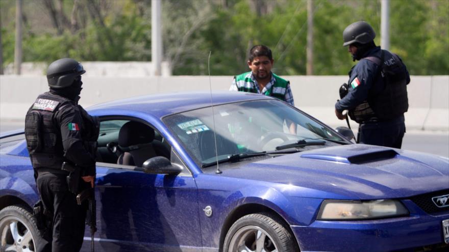 Miembros de la Policía federal revisan un coche en un puesto de control en la ciudad de Reynosa, en Tamaulipas, noreste de México, 6 de abril de 2018.