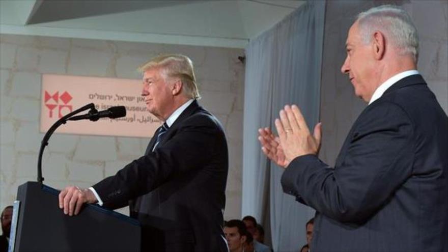 El primer ministro israelí, Benyamin Netanyahu (dcha.), aplaude al presidente de EE.UU., Donald Trump, Al-Quds (Jerusalén), 23 de mayo de 2017.