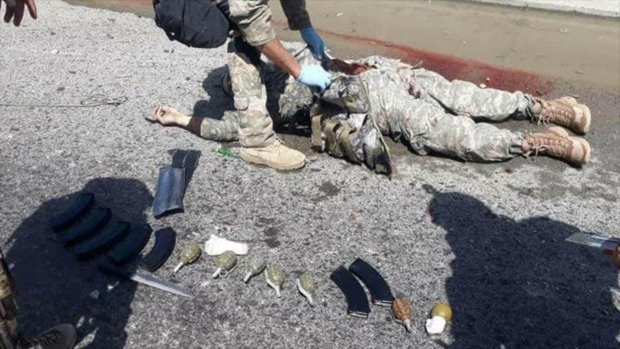 Un terrorista Daesh, vestido con uniforme militar estadounidense, fue abatido por las fuerzas de seguridad afgana en Kabul, 30 de mayo de 2018.