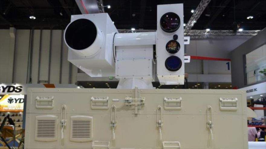 Sistema de arma láser contra drones de la firma china Poly Technologies en una exhibición.