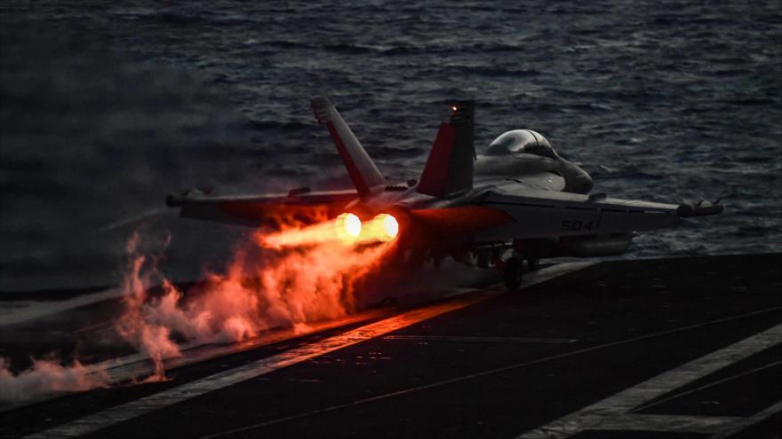 Un caza F-18 Hornet estadounidense despega del portaviones USS Harry S. Truman en el mar Mediterráneo.