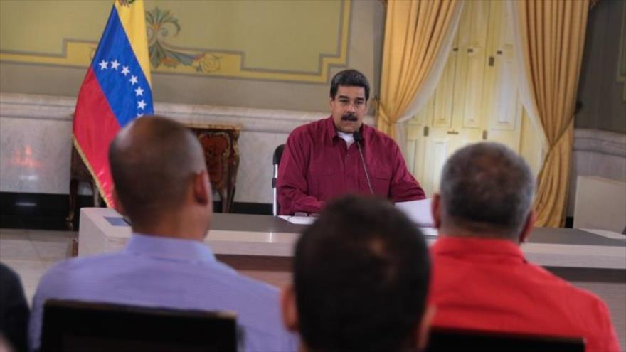 El presidente de Venezuela, Nicolás Maduro, se reúne con los miembros del Frente Amplio de la Patria en el palacio de Miraflores, 2 de junio de 2014.