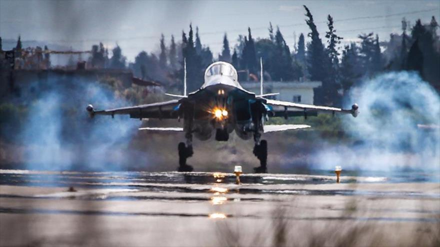 Un cazabombardero ruso Sujoi Su-34 de las Fuerzas Aeroespaciales de Rusia aterrizando en la base aérea rusa de Hmeimim.