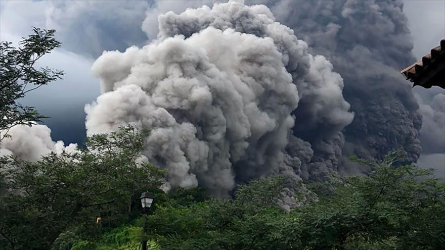 Mueren 25 personas por erupción de un volcán en Guatemala