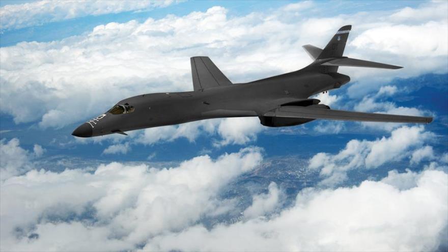 Un bombardero estratégico B-1B de EE.UU. en una misión de entrenamiento sobre Nuevo México, 21 de abril de 2010.