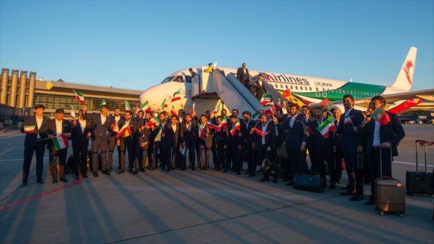 Los jugadores de la selección iraní posan junto al avión que les ha llevado a Moscú para participar en el Mundial de 2018 de Rusia, 5 de junio de 2018.