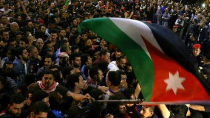 Continúan protestas en Jordania pese a la dimisión del premier