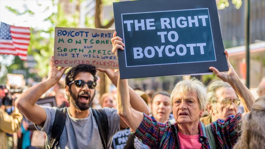 Manifestantes rechazan la orden del gobernador de Nueva York de que las empresas de esta urbe no colaboren con organizaciones que apoyan el BDS.