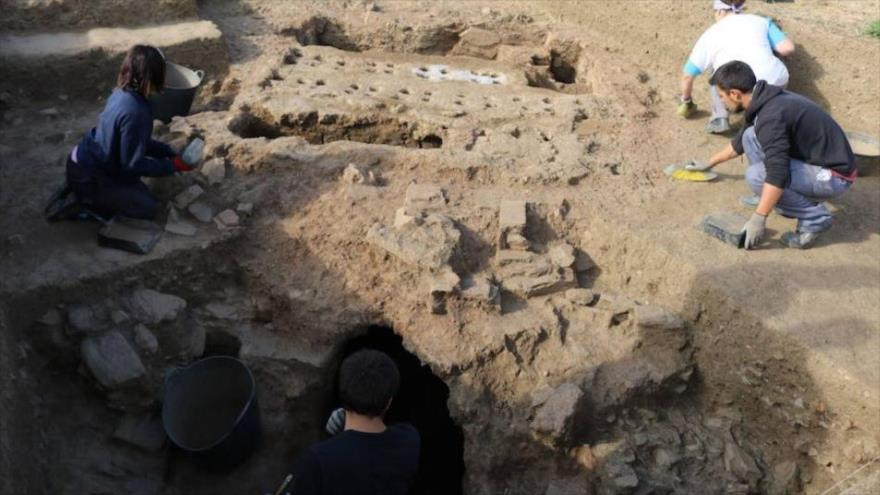 Los arqueólogos trabajan en los restos del asentamiento prerromano descubierto en Mijas, sur de España.