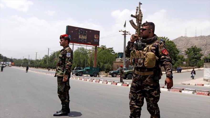 Las fuerzas de seguridad afganas vigilan el sitio de un ataque suicida en Kabul, Afganistán, 4 de junio de 2018.