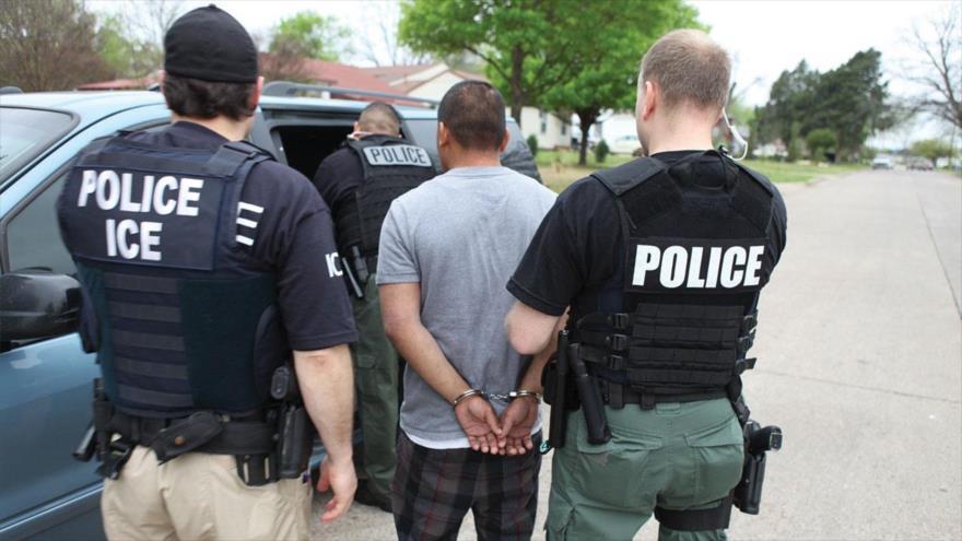 Efectivos del Servicio de Inmigración y Aduanas (ICE, por sus siglas en inglés) de EE.UU., esposan a un inmigrante indocumentado.