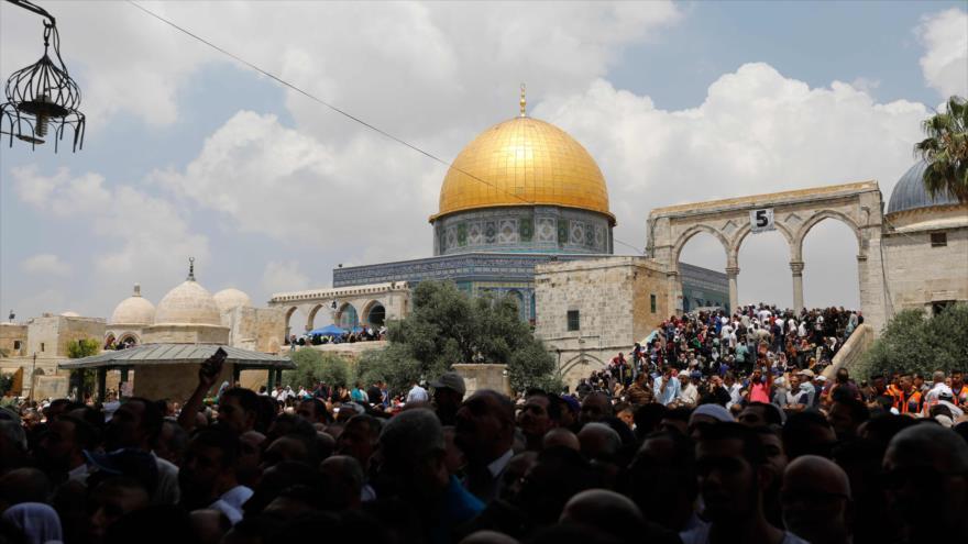 Miles de palestinos se dirigen hacia la Mezquita Al-Aqsa en Al-Quds