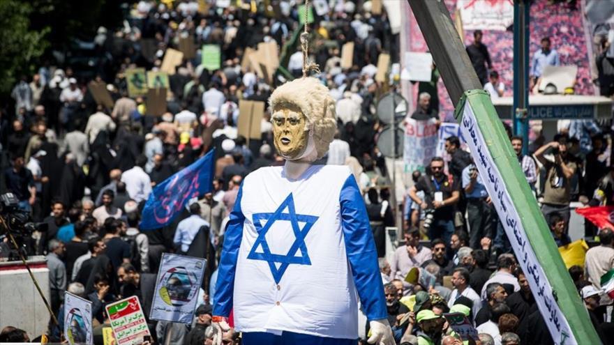 Manifestantes iraníes ejecutan en un acto simbólico a un muñeco del presidente de EE.UU. en el Día Mundial de Al-Quds, 8 de junio de 2018.