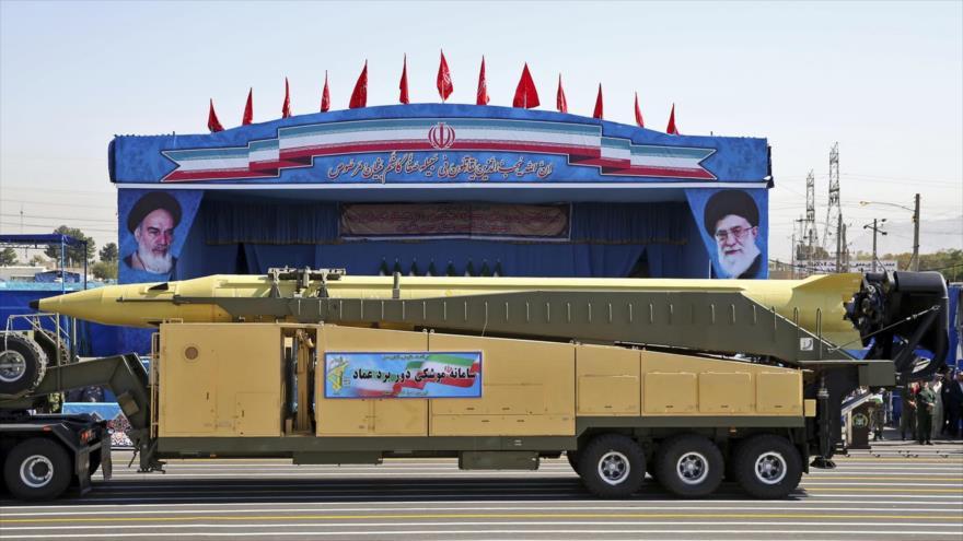 Un camión transporta un misil de fabricación iraní durante un desfile militar en Teherán.