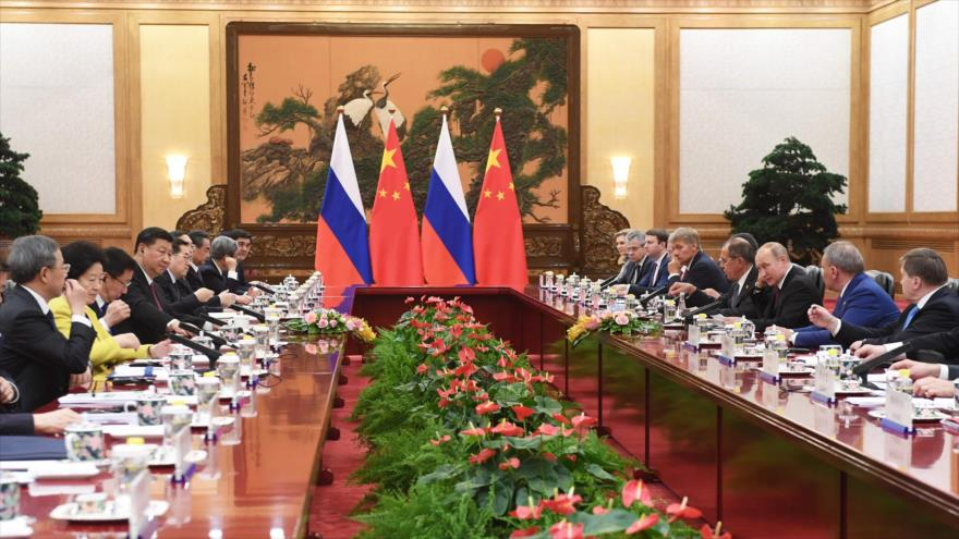 El presidente ruso, Vladimir Putin, habla durante una reunión con su par chino, Xi Jinping, en el Gran Palacio del Pueblo de Pekín, 8 de junio de 2018.