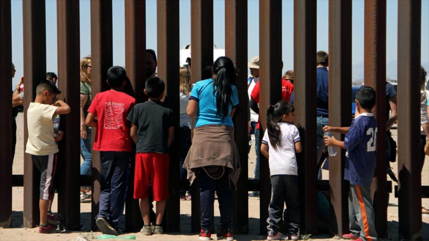 Un grupo de niños espera en la frontera entre México y Estados Unidos en la ciudad de Juarez (estado de Chihuahua), 3 de mayo de 2018.