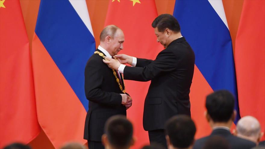 Vídeo: Xi condecora a su 'mejor y más íntimo amigo', Putin