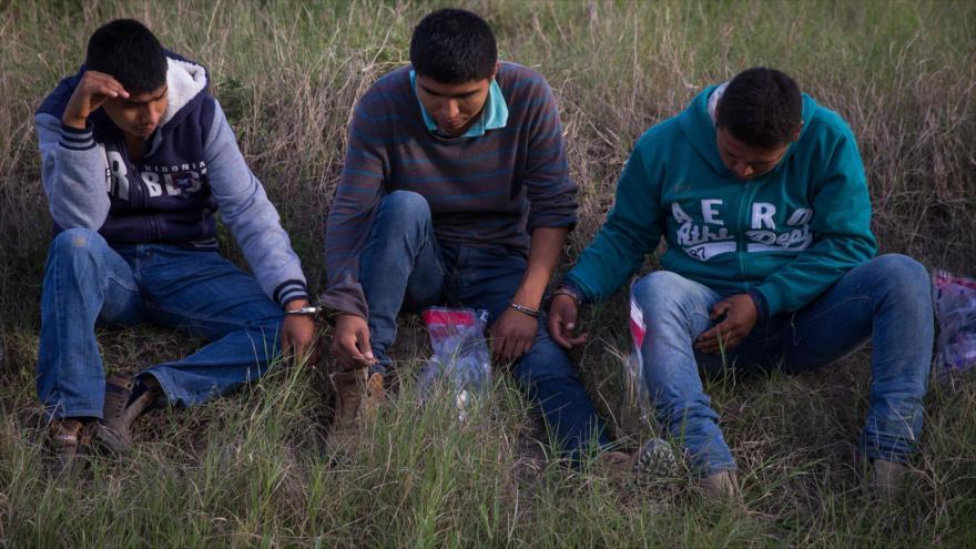 Un grupo de migrantes arrestados cerca de la frontera estadounidense en McAllen, Texas, EE.UU., 26 de marzo de 2018.