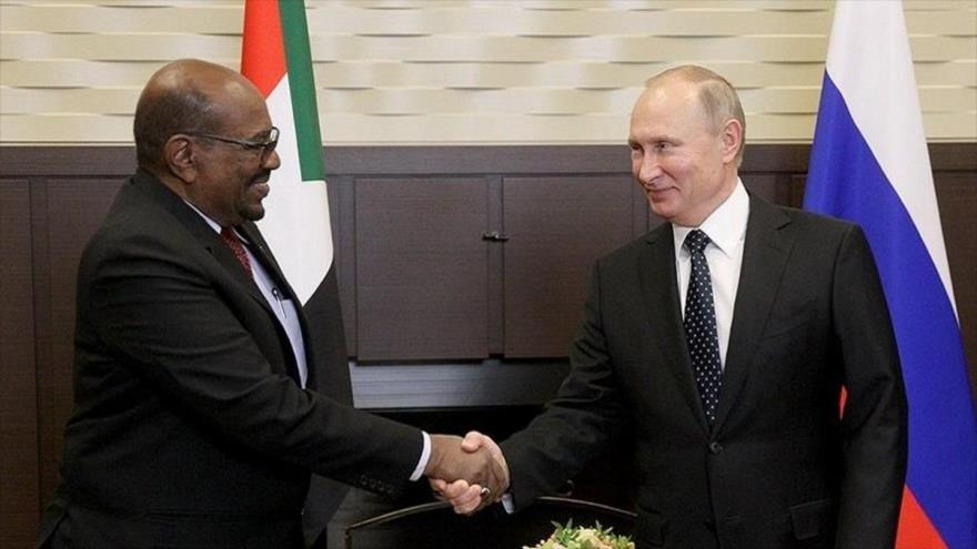 El presidente de Sudán, Omar al-Bashir (izda.), junto a su par de Rusia, Vladimir Putin, en la ciudad rusa de Sochi, 23 de noviembre de 2017.