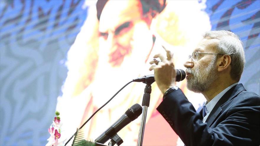 Ali Lariyani, presidente de la Asamblea Consultiva Islámica de Irán (Mayles), habla en un acto público.