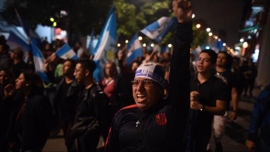 Exigen renuncia de Jimmy Morales por crisis del volcán de Fuego