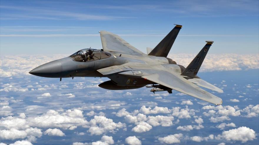 Un caza F-15C Eagle de la Fuerza Aérea de EE.UU. en pleno vuelo.