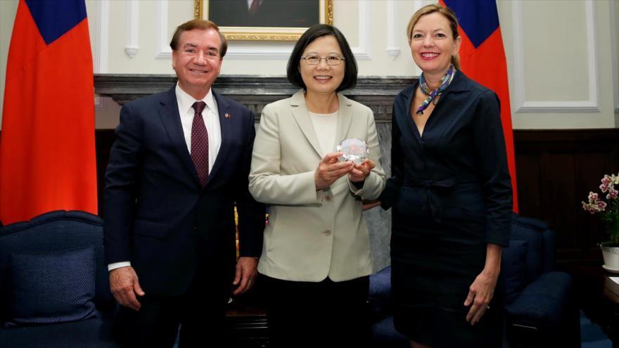 El legislador estadounidense Ed Royce, y su esposa Marie (dcha.) se han reunido con la presidente de Taiwán, Tsai Ing-wen, en Taipéi, en 2016.