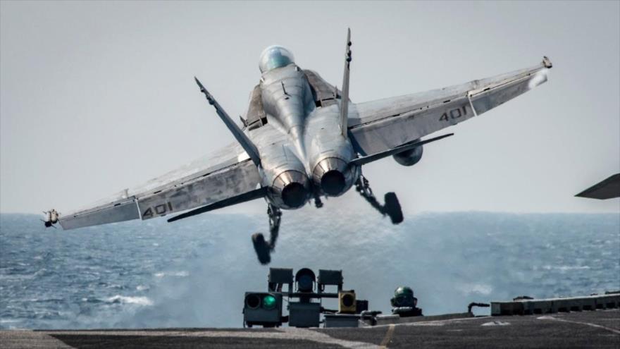 Un cazabombardero estadounidense Boeing F/A-18E/F parte con la misión de bombardear objetivos en el marco de la llamada coalición anti-EIIL en Siria.