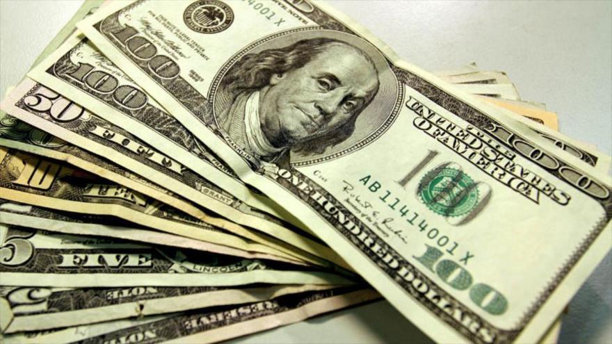 Varios billetes dólares de diferentes denominaciones.
