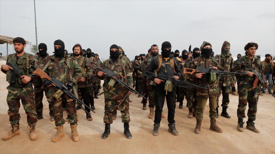 Las milicias del denominado Ejército Libre de Siria (ELS), apoyadas por Turquía, reciben entrenamiento en un campo en Azaz, en Siria, enero de 2018.