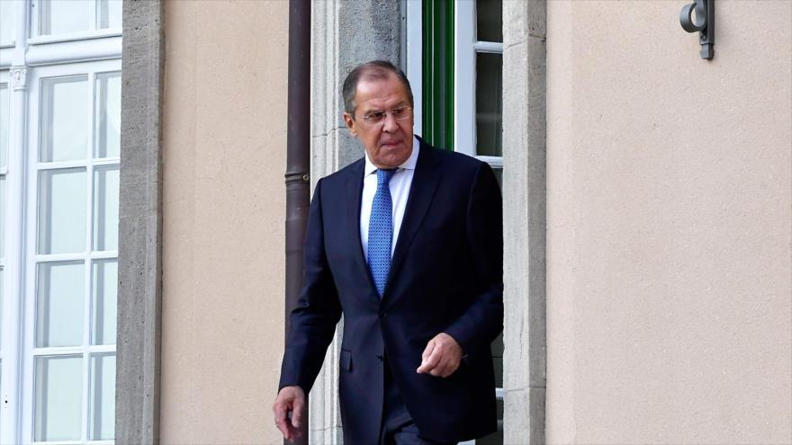 El canciller ruso, Serguéi Lavrov, llega para posar para una foto en Villa Borsig en Berlín, 11 de junio de 2018.