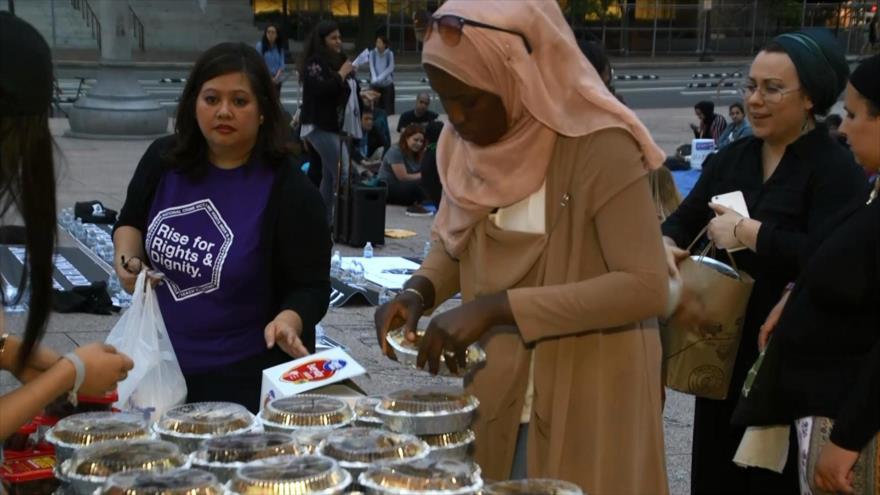 Musulmanes comparten el Iftar con activistas por justicia en EEUU