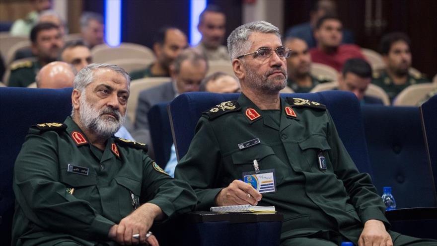 El portavoz jefe de las Fuerzas Armadas iraníes, general de brigada Abolfazl Shekarchi (izq.) en un acto de las Fuerzas Armadas, 9 de mayo de 2018.