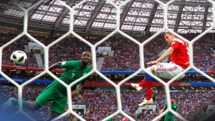 El jugador ruso Denis Cheryshev marca el segundo gol de Rusia ante Arabia Saudí en la Copa del Mundial de Fútbol, 14 de junio de 2018.