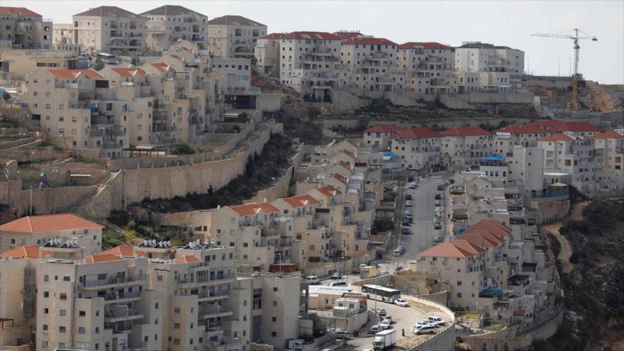 HRW: Apoyo de bancos israelíes a asentamientos equivale a pillaje