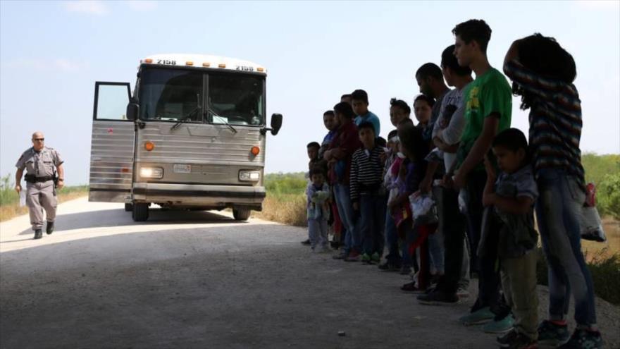 Un agente fronterizo de EE.UU. va a custodiar a los menores de edad inmigrantes, separados de sus padres, hasta un centro de detención en Texas.