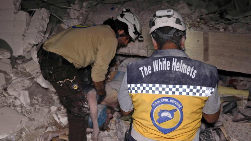 Miembros de los llamados Cascos Blancos se presentan en el lugar de un bombardeo en la provincia de Idlib (norte), 7 de junio de 2018.