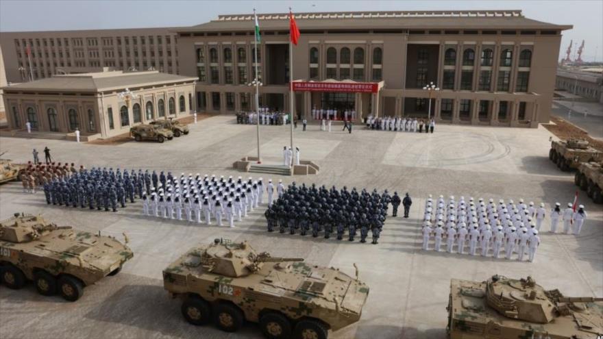 Personal del Ejército de China asiste a la inauguración de la nueva base militar china en Yibuti, en el Cuerno de África, 1 de agosto de 2017.