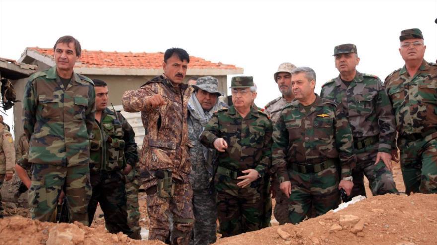 Altos mandos de las Fuerzas Tigre junto con el comandante de esta unidad de élite, Suheil al-Hasan (segundo desde la izquierda y al frente).