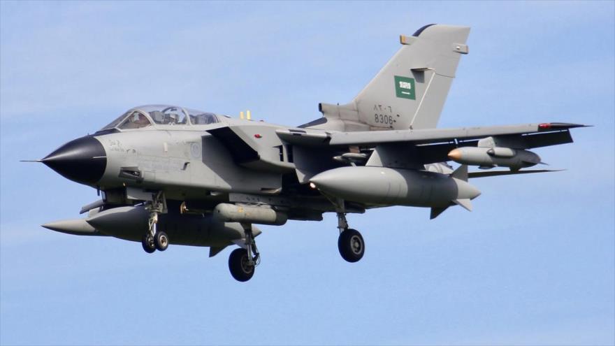 Un cazabombardero saudí, modelo Panavia Tornado, en pleno vuelo.