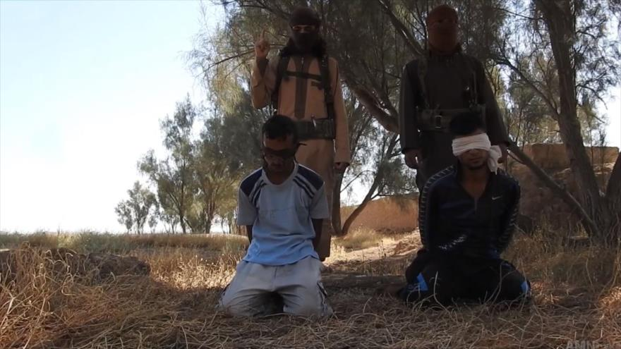 Elementos terroristas de Daesh se preparan para ejecutar a dos fuerzas iraquíes.